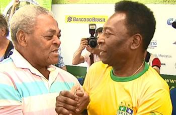 No reencontro com Píter, Pelé faz ex-zagueiro do Comercial chorar (Foto: Chico Escolano/EPTV)
