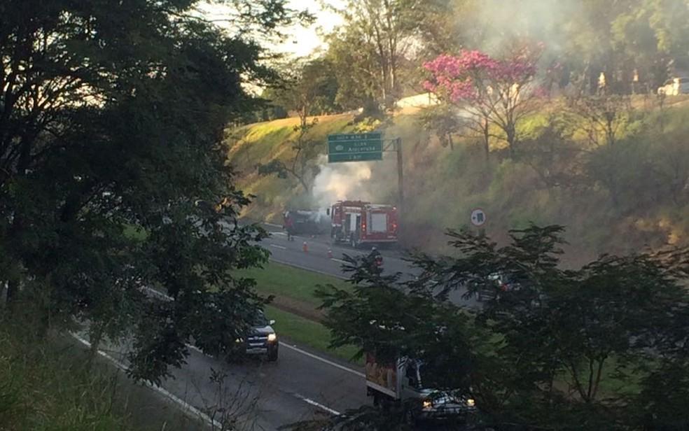 Carro pegou fogo depois de capotar na rodovia  (Foto: Graciela Andrade/TV Tem )