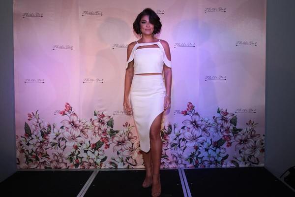 Juliana Paes aposta em vestido com fenda para ir a coquetel de grife