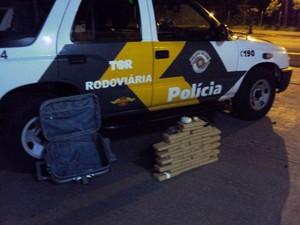 Tabletes estavam escondidos na mala da mulher, que demonstrou 'nervosismo e respostas desencontradas' (Foto: Polícia Rodoviária/Divulgação)
