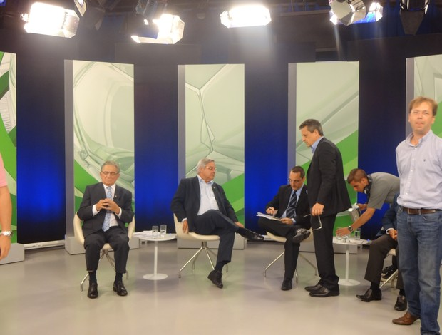 Durante os intervalos, assessores ajudavam candidatos (Foto: Hector Werlang/Globoesporte.com)