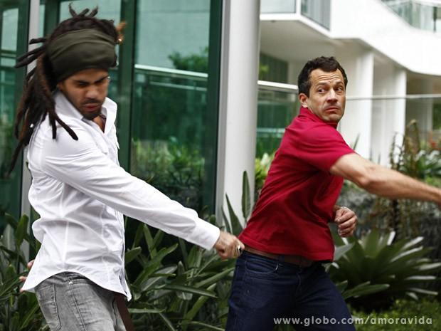 Bruno parte para cima de Ninho (Foto: Amor à Vida / TV Globo)