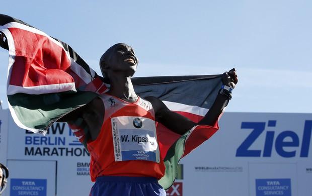 Wilson Kipsang comemora vitória na Maratona de Berlin (Foto: The Associated Press)