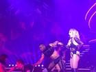 Britney Spears dança com fã brasileiro em show em Las Vegas