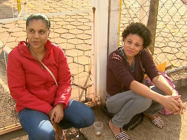 Marlene Lima Paixão e Silvani Paixão da Costa foram as primeiras a chegar ao feirão (Foto: Paulo Souza/EPTV)