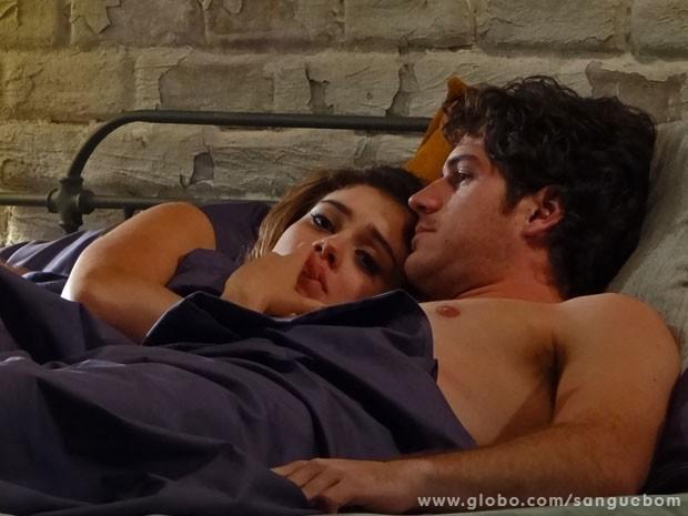 Amora sente pressão de Bento para assumir o namoro (Foto: Sangue Bom/ TV Globo)