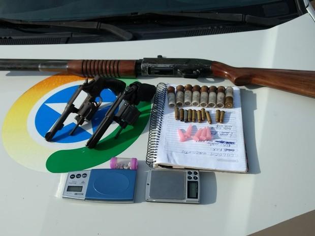 Armas, drogas e balanças de precisão foram apreendidas (Foto: PM/Divulgação)