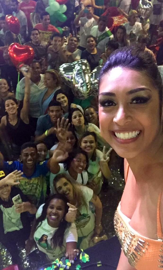 Amanda esbanjou simpatia ao lados de fãs que estavam na escola de samba (Foto: Arquivo Pessoal)