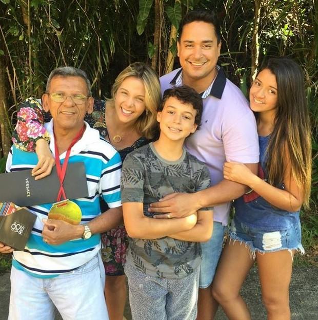 Carla Perez posa com o pai, com Xanddy e os filhos (Foto: instagram/reprodução)