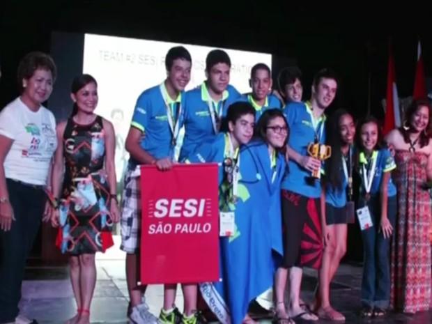 Equipe com oito alunos disputou prêmio com projetos de 12 países  (Foto: Reprodução / TV TEM)