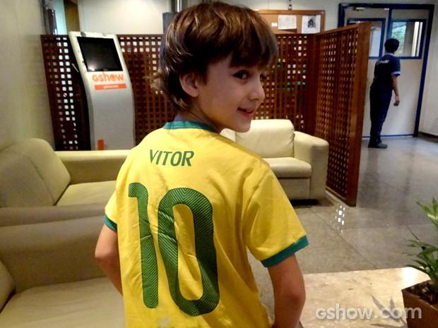 O ator exibe a camisa 10 com seu nome (Foto: Em Família / TV Globo)