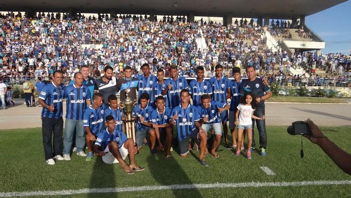 Jogadores do Sub-17 do CSA festejam com a torcida (Foto: Augusto Oliveira / GloboEsporte.com)
