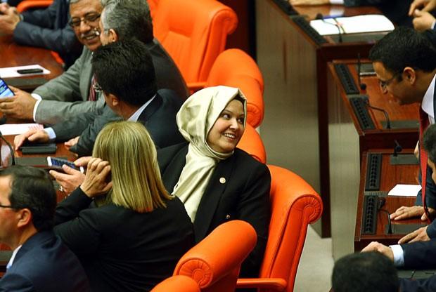 Deputadas entram pela primeira vez com véu islâmico no Parlamento turco (Foto: AFP)