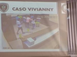 Imagens do estabelecimento onde Vivianny estava mostram a vítima saindo do local com os três suspeitos (Foto: Diogo Almeida/G1)