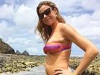 Grávida, Luana Piovani posa na praia com a família e mostra barriguinha