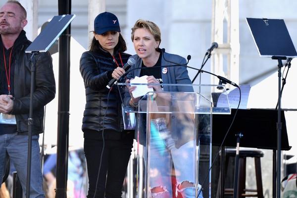 A atriz Scarlett Johansson durante o discurso no qual criticou a postura do ator James Franco (Foto: Getty Images)