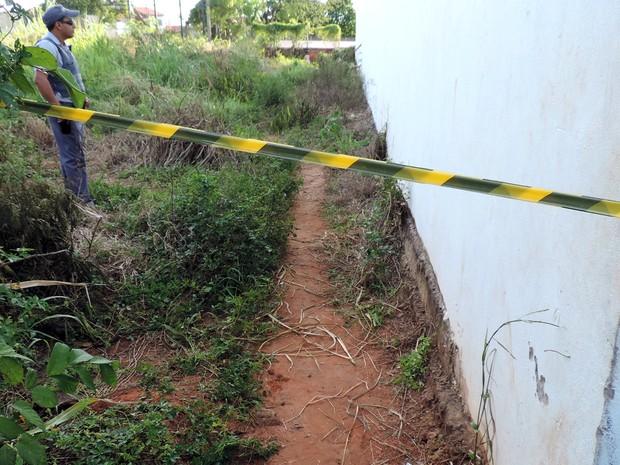 Segundo a polícia, corpo encontrado é de um homem com cerca de 45 anos (Foto: Ynaiê Botelho/ G1)