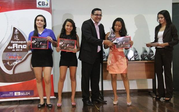 Lorrany Brito Pastana recebe o prêmio de Destaque do Ano das mãos de Eduardo Pinho, presidente da FEPAJU (Foto: Antônio Cícero/Colaborativo)