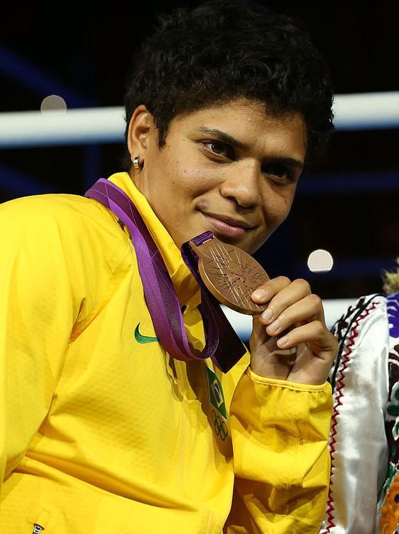 A boxeadora Adriana Araújo mostra a medalha de bronze que ganhou nos Jogos Olímpicos de Londres, 2012 (Foto: Scott Heavey/Getty Images)