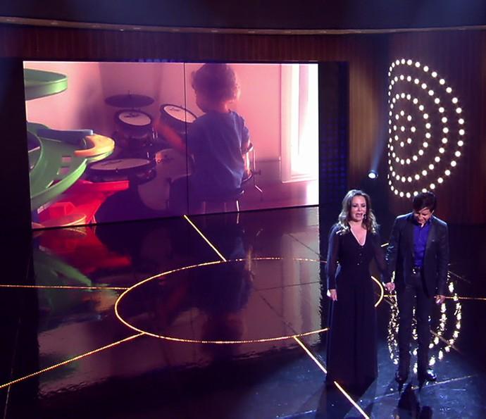 Theo toca bateria em vídeo no telão enquanto Noely e Xororó cantam (Foto: TV Globo)