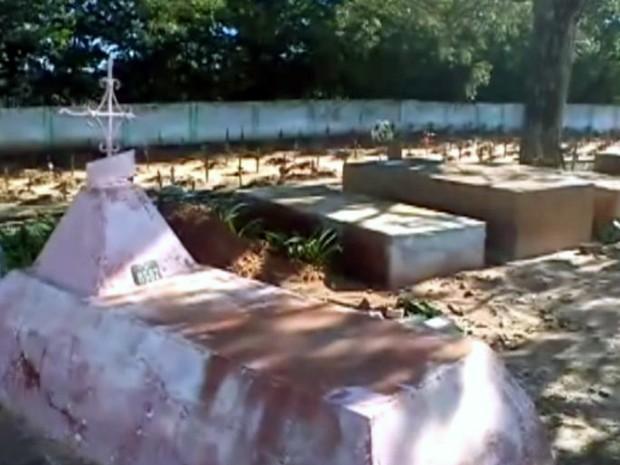 Parentes foram ao cemitério para saber onde o corpo do preso havia sido enterrado (Foto: Reprodução/EPTV)