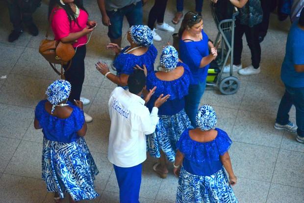 Françoise Forton curte bateria da Portela ao embarcar no aeroporto Santos Dumont (Foto: William Oda / Agnews)