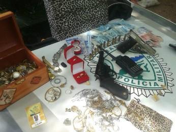 Joias, dinheiro e armas foram encontradas com suspeito (Foto: Divulgação/ Polícia Militar)
