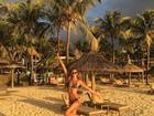 Izabel Goulart exibe boa forma e corpo bronzeado em cenário paradisíaco