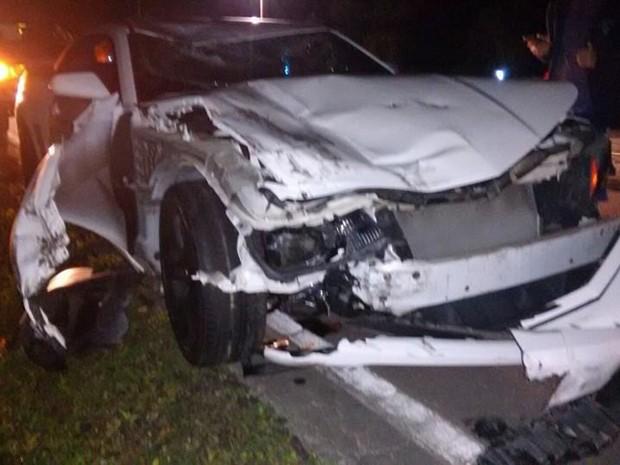 Carro ficou amassado após batida em Bertioga, SP (Foto: Divulgação/Aconteceu em Bertioga)