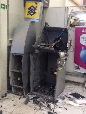 Ladrões explodiram o caixa eletrônico de um supermercado em Ponta Grossa (Foto: André Salamucha/RPC)