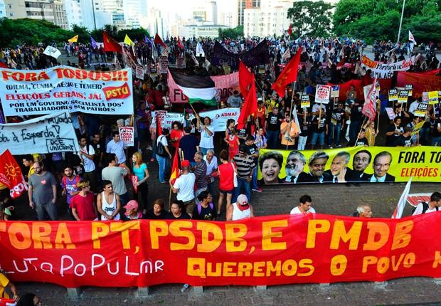 """Protesto """"Fora todos"""" pede eleições diretas já em São Paulo"""