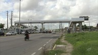 Pedestres cobram melhorias em passarelas instaladas com atraso pelo Detran