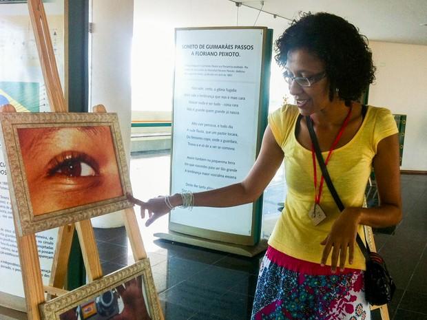 A consultora do núcleo do Jacintinho explica como foi montada a exposição Livres Olhares. (Foto: Rivângela Gomes/G1)