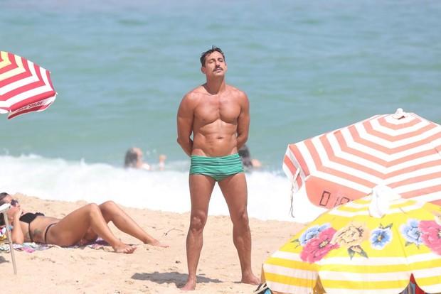 Tuca Andrada na praia (Foto: Andre Freitas / AgNews)