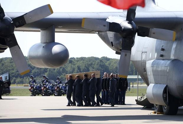 Militares carregam caixão vítima do voo MH 17 que foi transportado desde a Ucrânia e chegou ao aeroporto Schiphol, na Holanda (Foto: Francois Lenoir/Reuters)