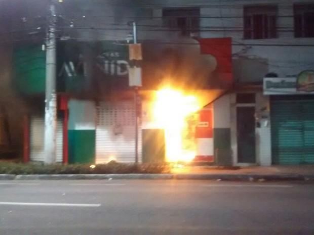 Farmácia pega fogo em Maruípe, Vitória (Foto: Kléber Amori/ A Gazeta)