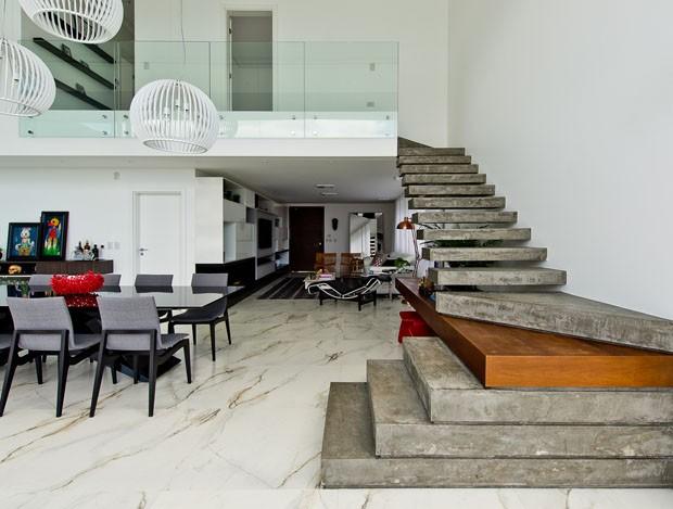 Casa minimalista elimina parede entre sala e piscina for Casa minimalista grande