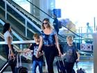 Fernanda Lima embarca junto com os filhos gêmeos em aeroporto do Rio