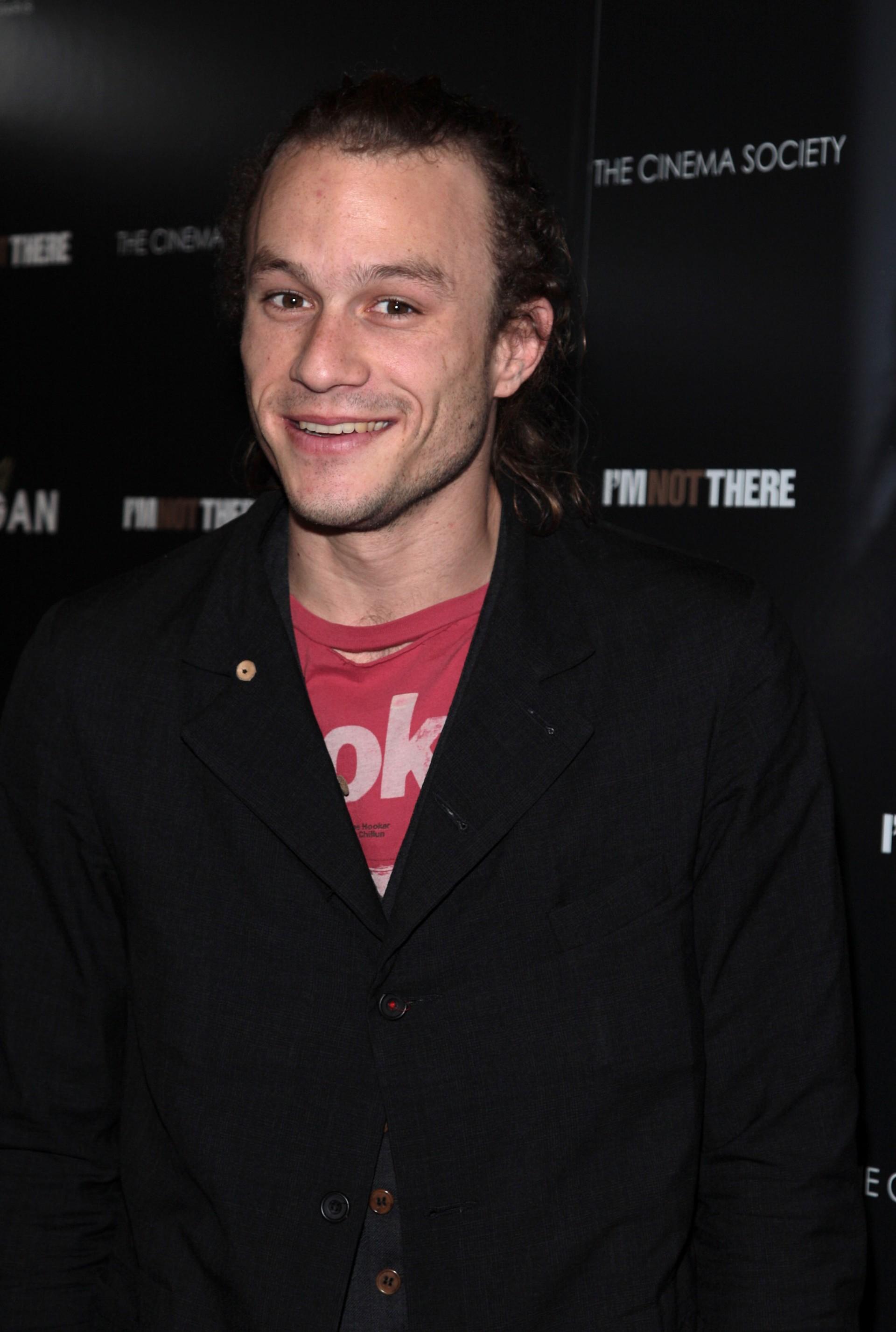 Embora curta, sua carreira abrangeu diversos gêneros cinematográficos, como o teen '10 Coisas Que Eu Odeio Em Você' (1999), o aclamado drama 'O Segredo de Brokeback Mountain' (2005) e a ação 'O Patriota' (2000). Ele havia terminado há pouco de filmar o Coringa em 'Batman – O Cavaleiro das Trevas' (2008) quando foi encontrado morto no seu apartamento em Manhattan. Segundo as análises dos legistas, ele morreu devido a uma combinação letal de drogas, tais como oxicodona, hidrocodona, diazepam, temazepam, alprazolam e doxylamine. Após a morte, ele ganhou o Oscar de Melhor Ator Coadjuvante, por 'Batman'. (Foto: Getty Images)