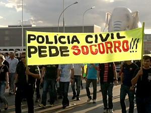 Policiais marcham pelo Eixo Monumental durante protesto por valorização da carreira na Esplanada dos Ministérios, em Brasília (Foto: Luiza Facchina/G1)