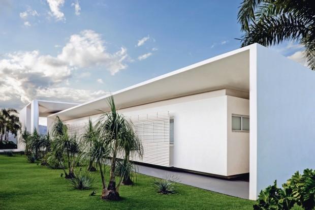 Casa de 495 m², em Quirinópolis, GO, destaca-se pelas linhas retas do projeto (Foto: Edgard Cesar / Divulgação)