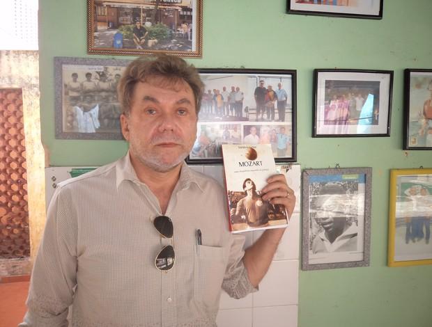 Saraiva Júnior, com o livro de sua autoria sobre o ex-jogador Mozart (Foto: Cristiano Santos/Divulgação)