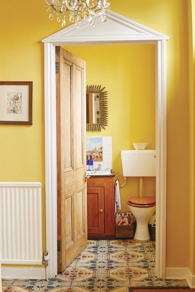 A vista do banheiro social, com lustre Baccarat e aquarela de Márcia Grostein. (Foto: Joe Hunt)