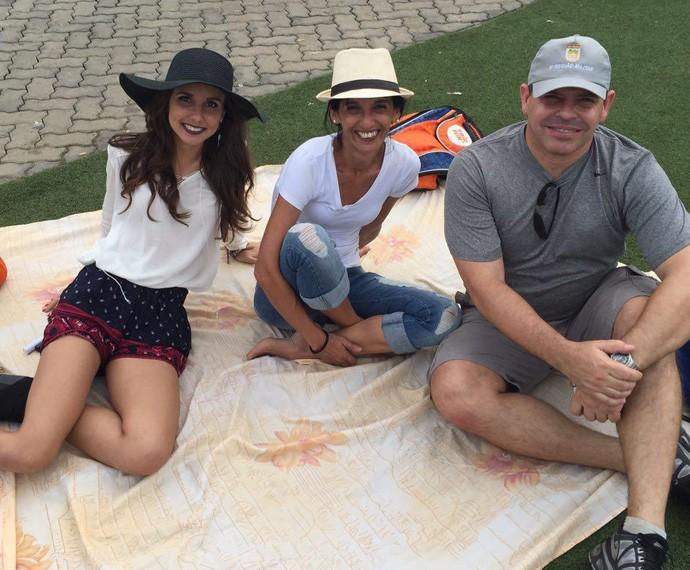 Look em família: Elaine Carvalho, Heitor de Carvalho e Isabele Gama de Carvalho mandaram ver na escolha do acessório (Foto: Renata Viot / Gshow)