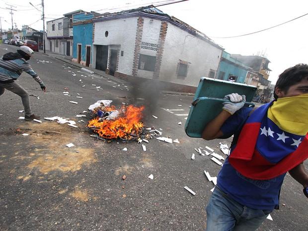 Estudantes na cidade de San Cristóbal, na Venezuela, fazem barricadas durante protesto contra redução de poderes do Parlamento (Foto: George Castellano/AFP)
