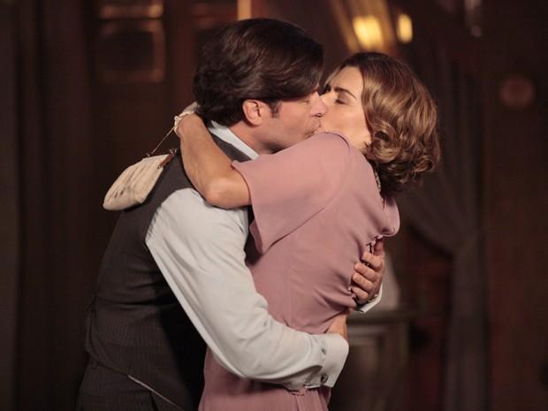 Osmundo e Sinhazinha tascam beijo apaixonado (Foto: Gabriela / TV Globo)