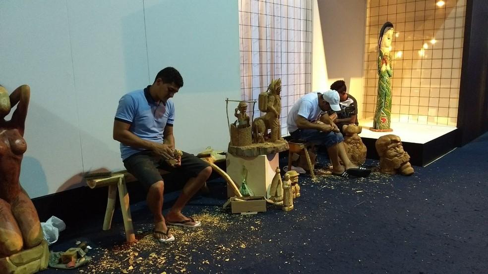 Grupo aproveita para criar novas peças durante a Fenearte (Foto: Penélope Araújo/G1)