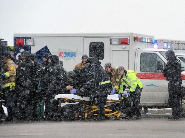 Equipes de emergência transportam um policial ferido durante cerco a atirador que se refugiou em prédio da Planned Parenthood, na sexta (27) (Foto: Vía AP Foto/Daniel Owen/The Gazette)
