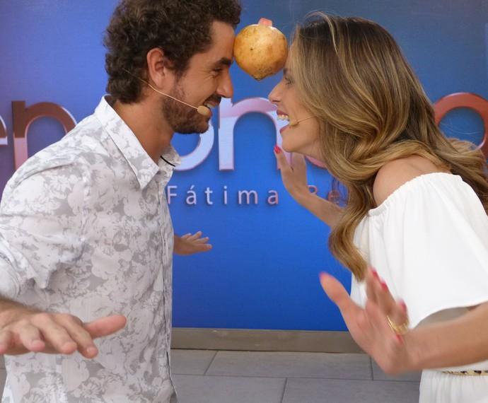Felipe Andreoli e Ana Furtado brincam com romã  (Foto: Ana Puñal/Gshow)