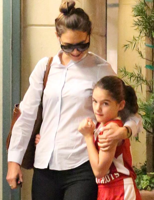X17 - Katie Holmes e a filha, Suri Cruise, em shopping em Los Angeles, nos Estados Unidos (Foto: X17online/ Agência)